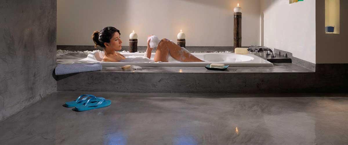 Pavimento microcemento bagno continuo resina grigio rivestimento pavimenti moderni - Pavimento bagno moderno ...